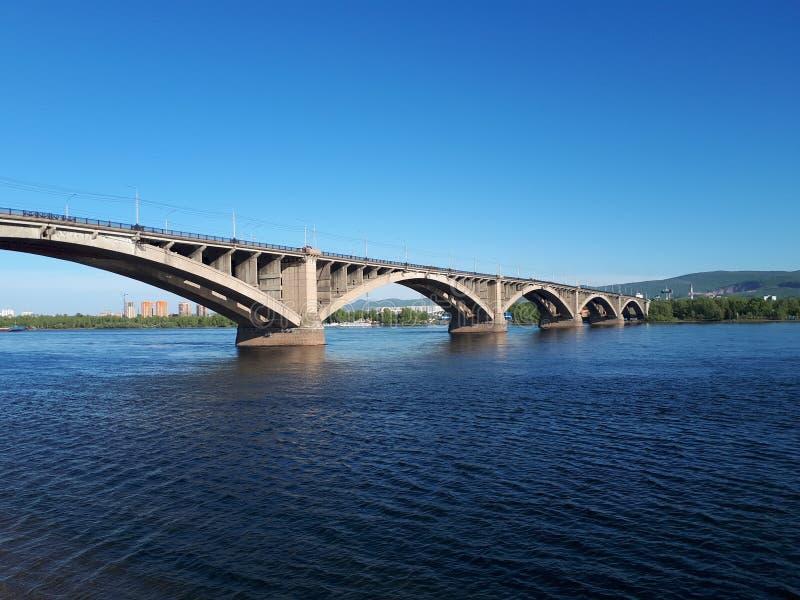 Pont communal dans le jour d'été de Krasnoïarsk images libres de droits