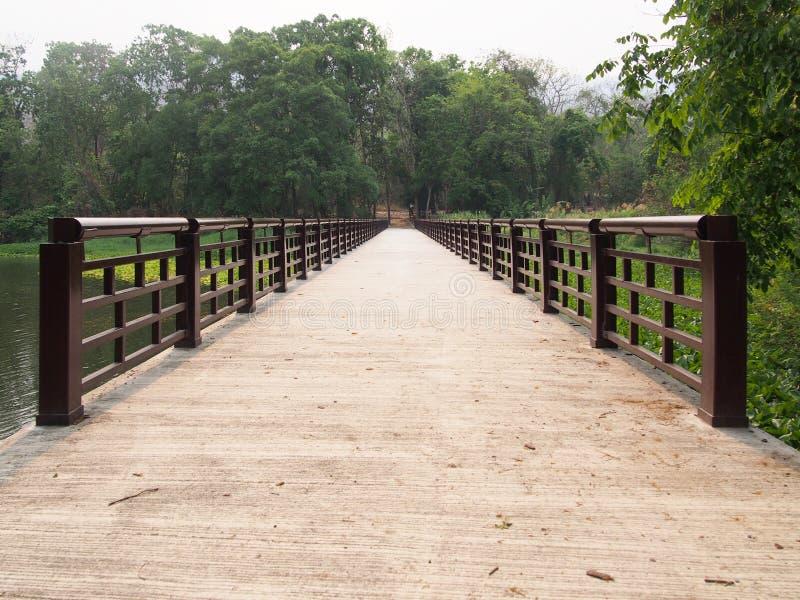 Pont concret à travers la rivière, vue de perspective photos stock