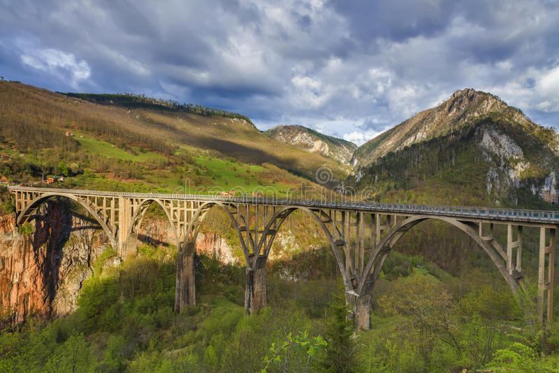 Pont concret d'arc de Durdevica Tara, au nord de MOIS photographie stock libre de droits