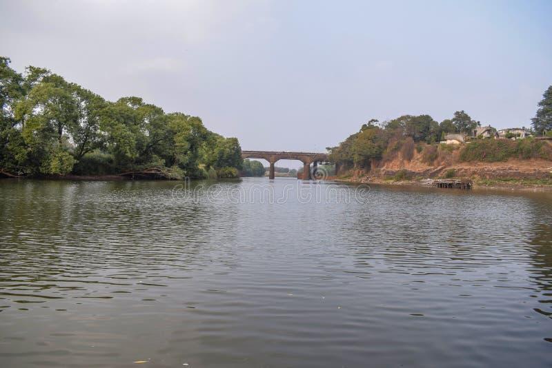 Pont construit au-dessus de la rivière antique en Inde images libres de droits