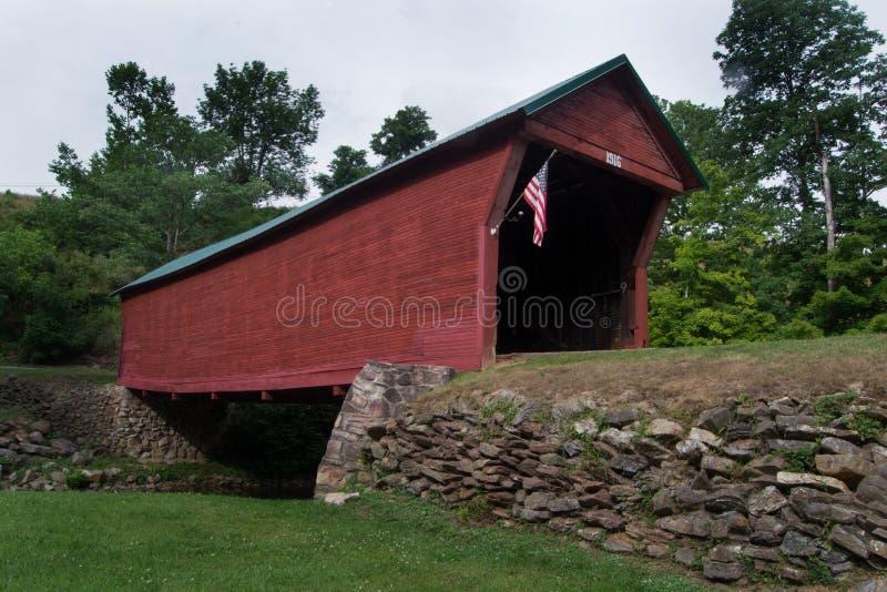 Pont couvert de descente historique de crique photos stock