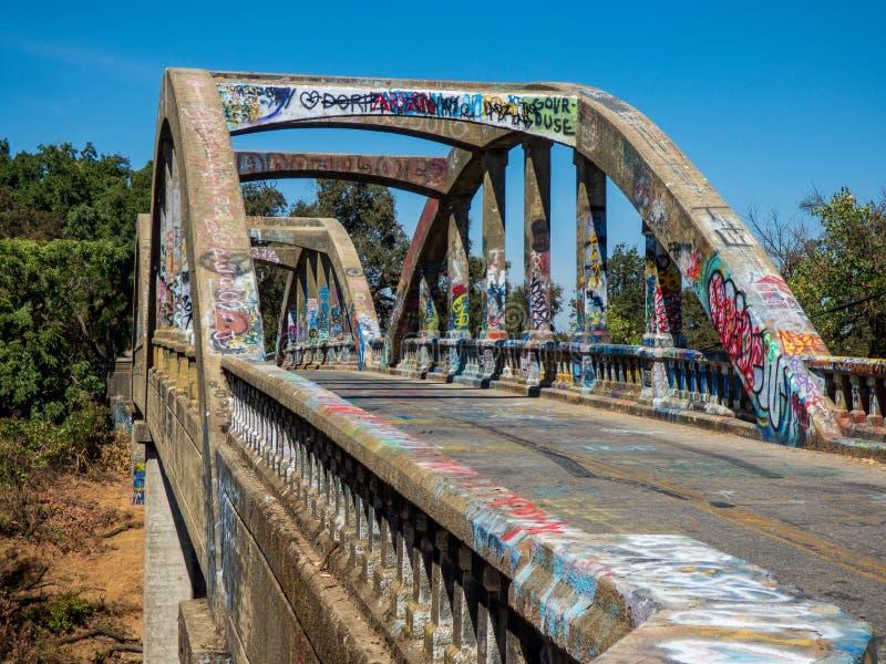 Pont couvert de graffitis dans le comté de Yolo Ca images libres de droits