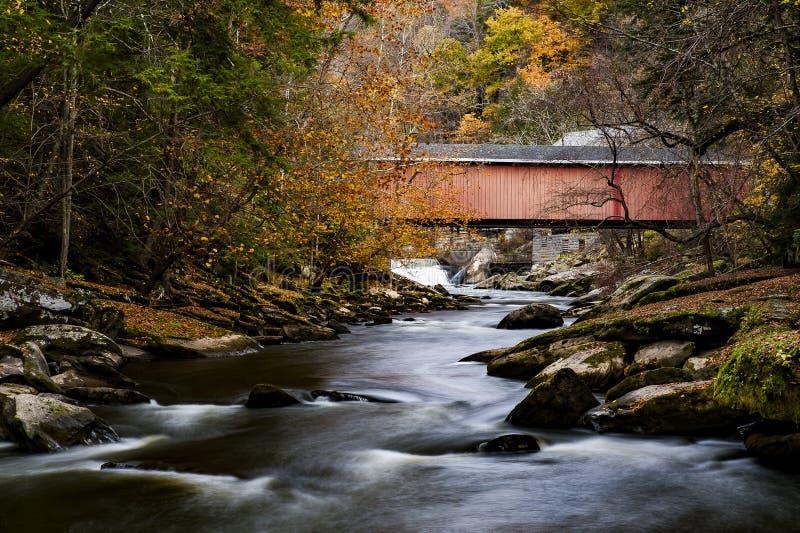 Pont couvert de moulin du ` s de McConnell en automne - parc d'état de moulin du ` s de McConnell, Pennsylvanie images libres de droits