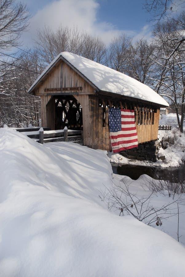 Pont couvert de neige patriotique en Nouvelle Angleterre photos stock