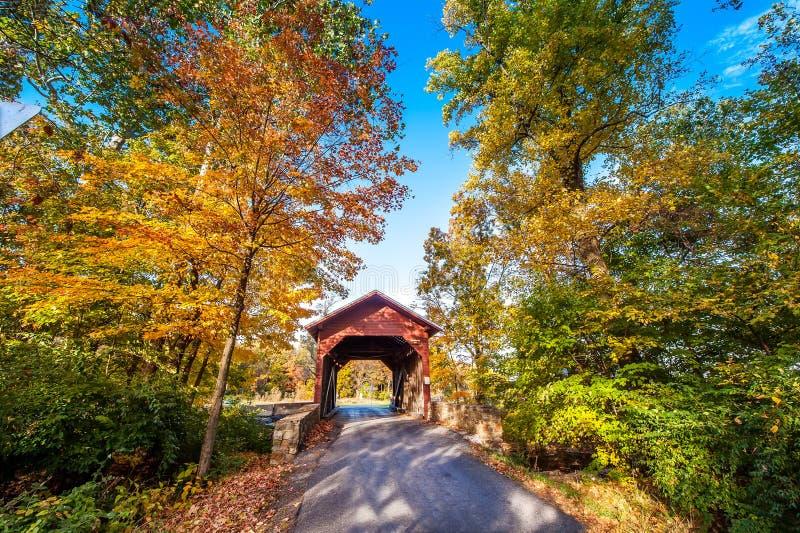Download Pont Couvert Du Maryland En Automne Photo stock - Image du passerelle, structure: 56476088