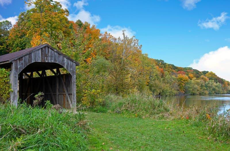 Pont couvert du Michigan par la rivière image libre de droits