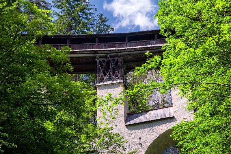 Pont couvert en bois historique de St Georgenberg dans le Tirol photos libres de droits