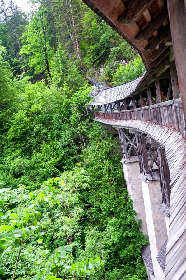Pont couvert en bois historique de St Georgenberg dans le Tirol photographie stock libre de droits