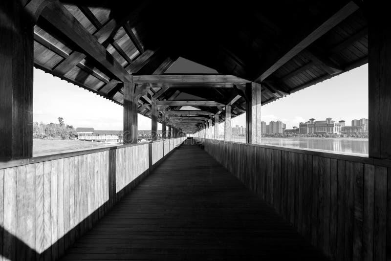 Pont couvert en bois par la rivière photo libre de droits