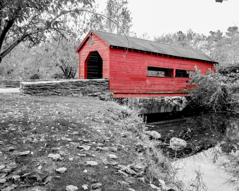 Pont couvert en noir et blanc avec le rouge photographie stock