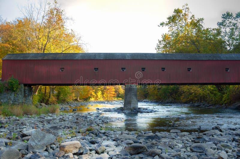 Pont couvert historique au-dessus de la rivière de Hausatonic image libre de droits