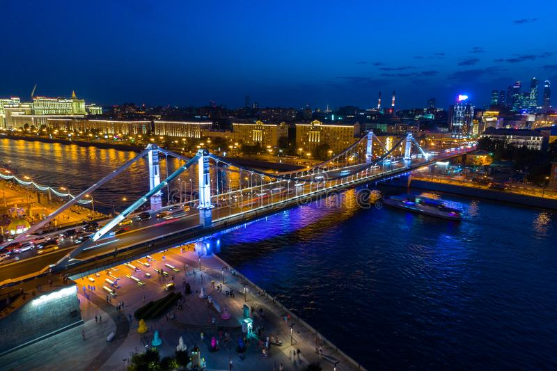 Pont criméen à Moscou, avec l'illumination de nuit photo libre de droits