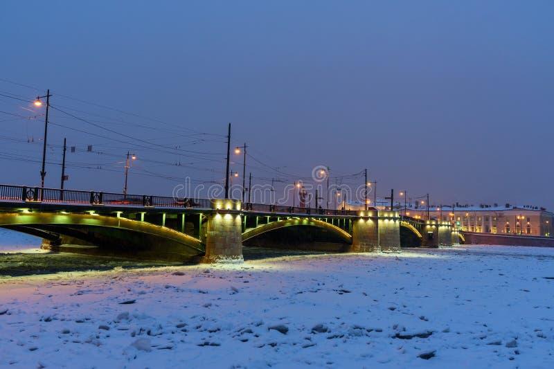 Pont d'échange au-dessus de Malaya Neva River congelé la nuit St Petersburg Russie image libre de droits