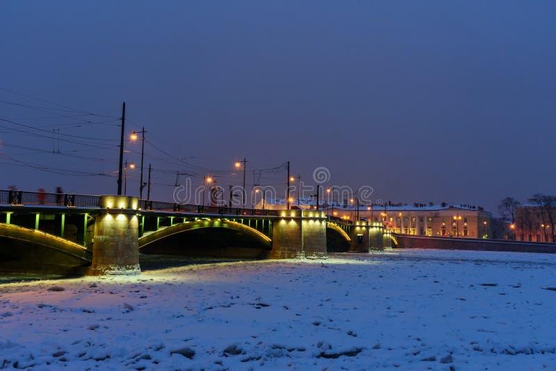 Pont d'échange au-dessus de Malaya Neva River congelé la nuit St Petersburg Russie images stock