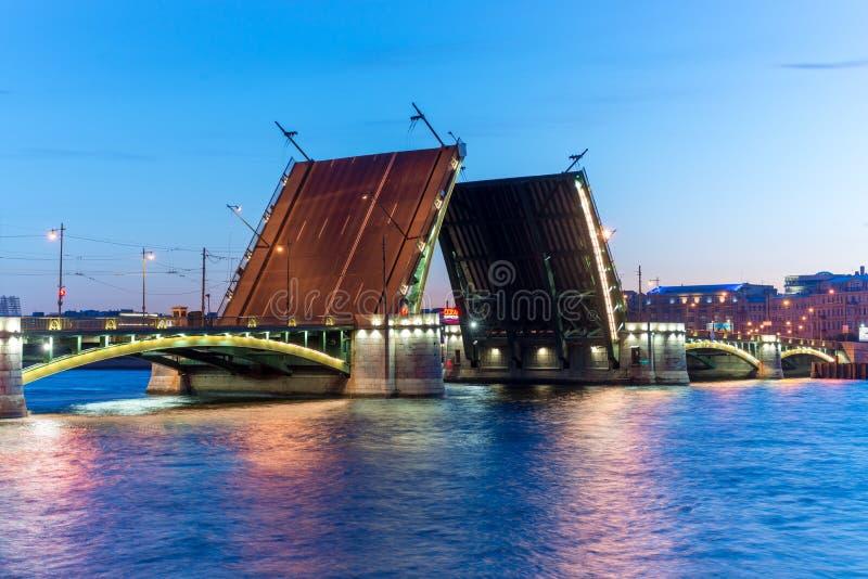 Pont d'échange dans St Peterbugre nuits blanches Ponts dilués, Russie le 10 juin 2016 photos stock