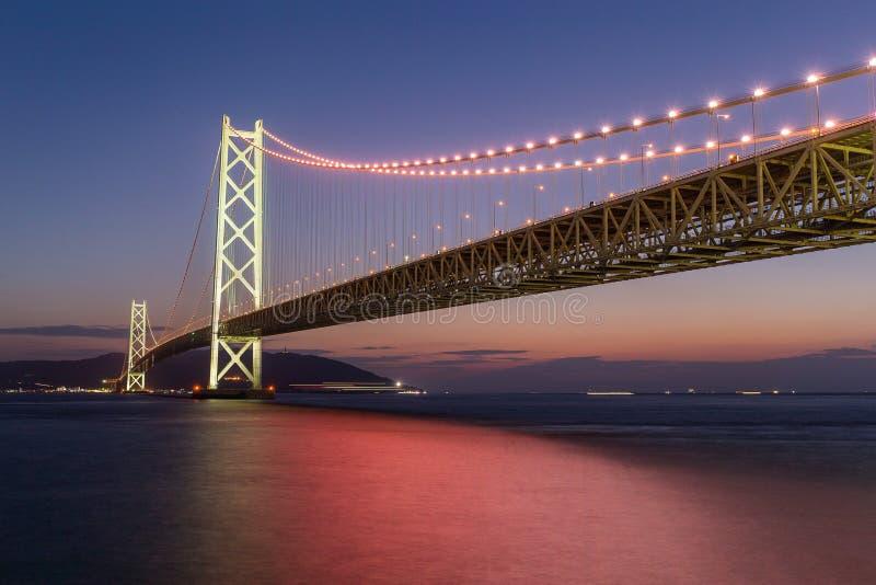 Pont d'Akashi Kaikyo à la soirée image libre de droits