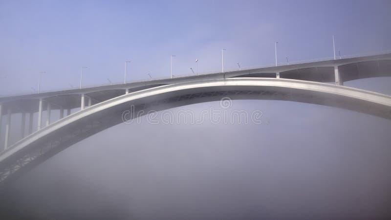 Pont d'Arrabida dans le brouillard images stock