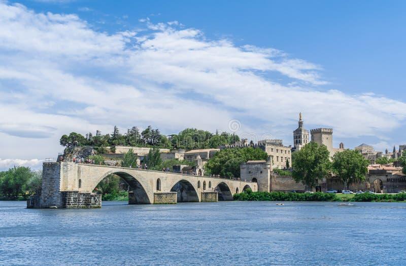 Pont d'Avignon avec le Palais des Papes et le Rhône photo stock