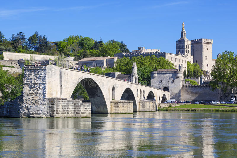 Pont d'Avignon avec papes Palace images stock