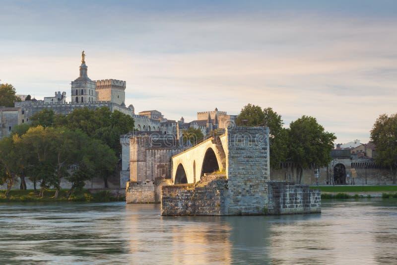 Pont d'Avignon avec papes Palace et Rhône au lever de soleil, Pon photographie stock libre de droits