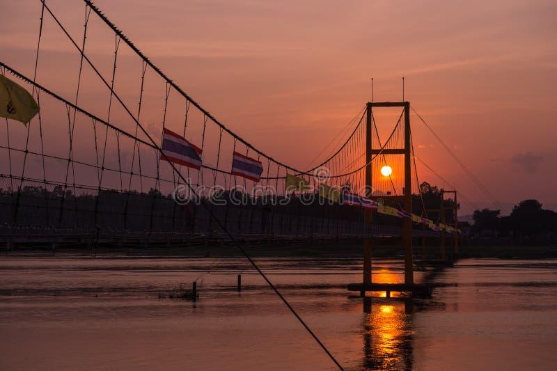Pont d'histoire de Taksin et paysage de coucher du soleil image libre de droits