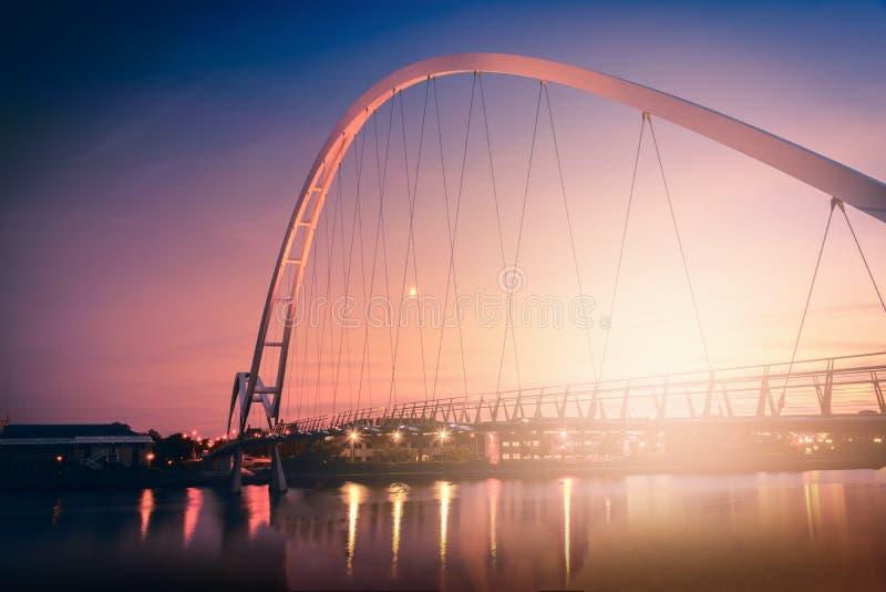 Pont d'infini sur le ciel dramatique au coucher du soleil dans les Stockton-sur-pièces en t image stock