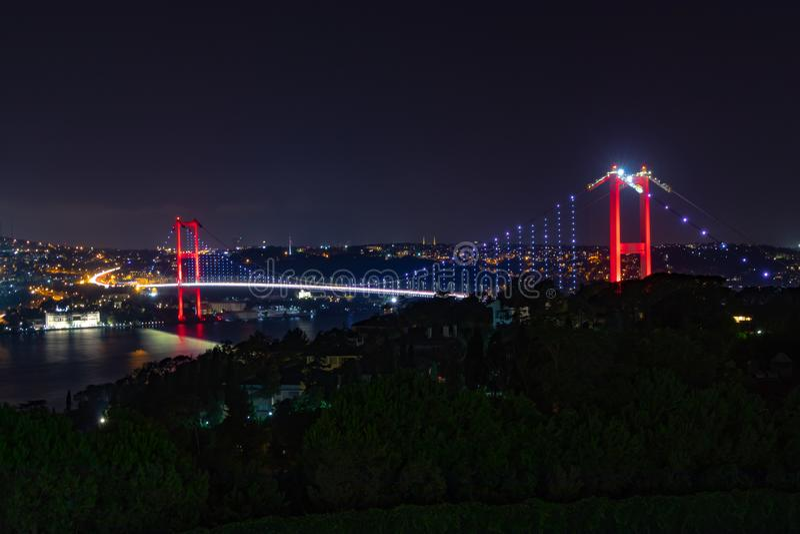 Pont d'Istanbul Bosphorus la nuit Nouveau nom : Pont de martyres du 15 juillet photos stock