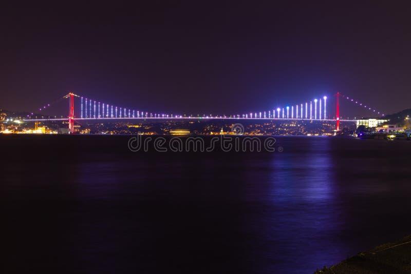 Pont d'Istanbul Bosphorus la nuit Nouveau nom : Pont de martyres du 15 juillet photos libres de droits