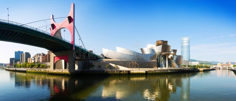 Pont d'onguent de La et musée de Guggenheim bilbao photographie stock libre de droits