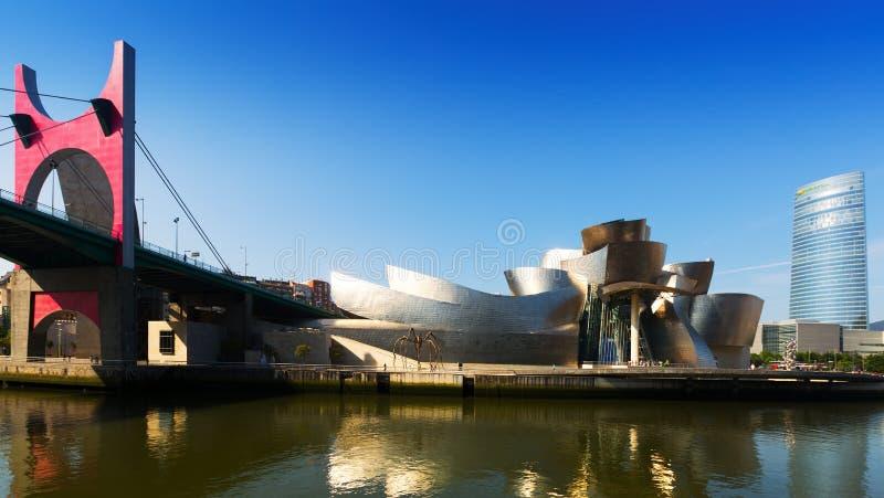 Pont d'onguent de La, musée de Guggenheim et Torre Iberdrola à Bilbao photos libres de droits