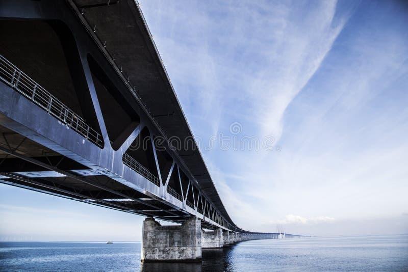 Pont d'Oresundsbron sur la mer photo stock