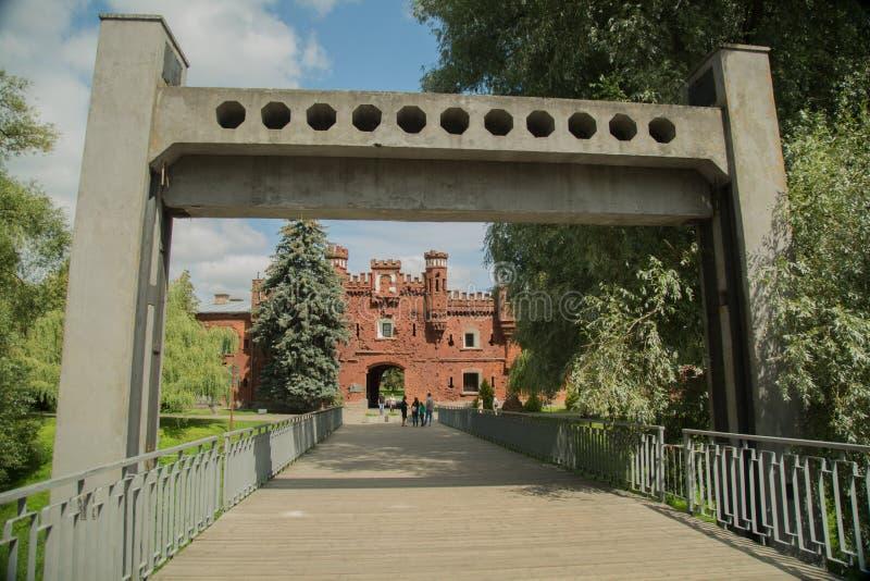 Pont d'oscillation au-dessus de la rivière Mukhavets dans la forteresse de Brest image stock