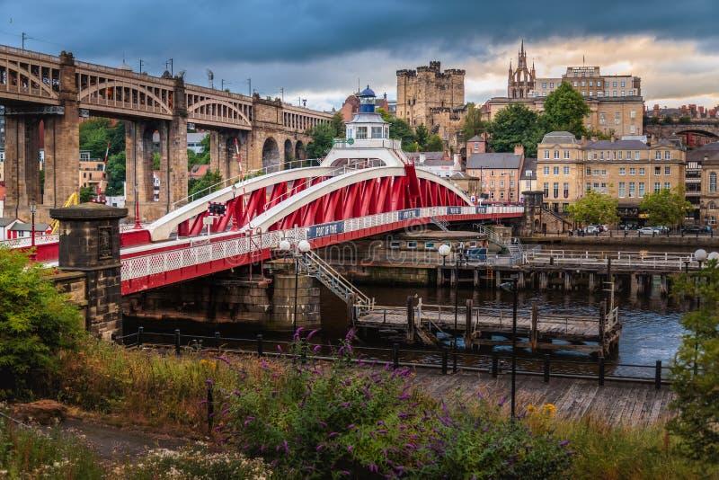 Pont d'oscillation de Newcastle la rivière Tyne photo stock