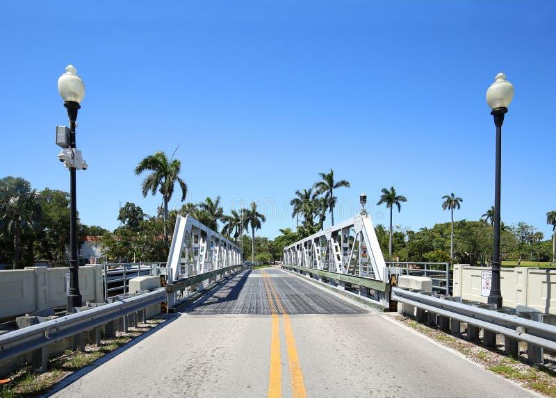 Pont d'oscillation entouré avec le courrier et les palmiers de lampe dans le Fort Lauderdale, la Floride, Etats-Unis photos libres de droits