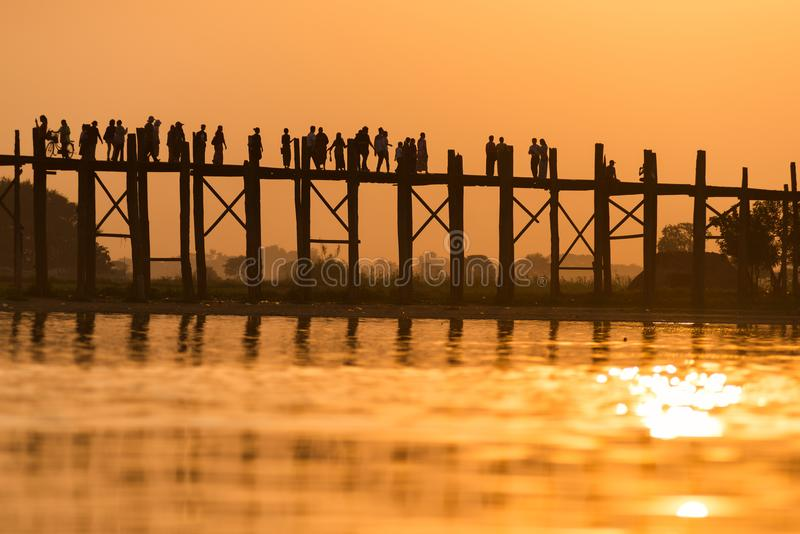 Pont d'U Bein au coucher du soleil photos stock