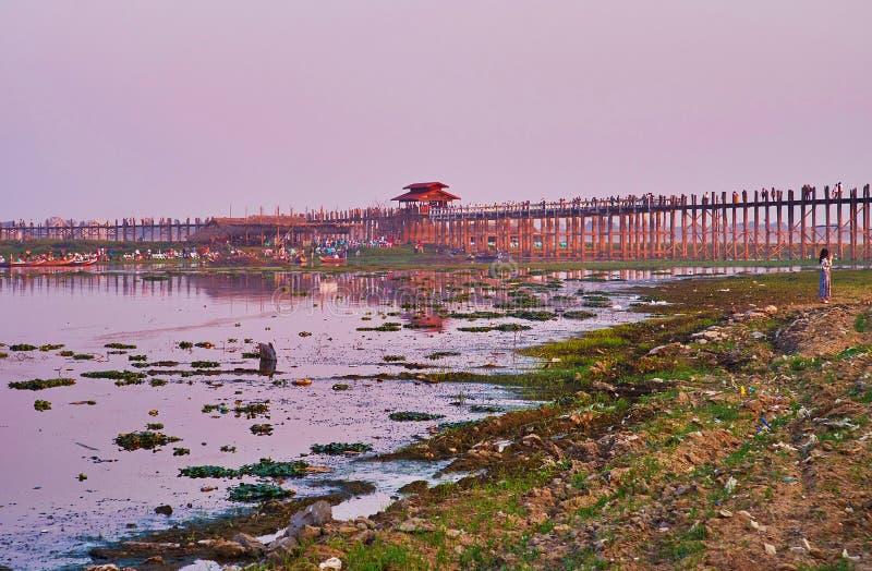 Pont d'U Bein en couleurs de coucher du soleil, Amarapura, Myanmar image stock