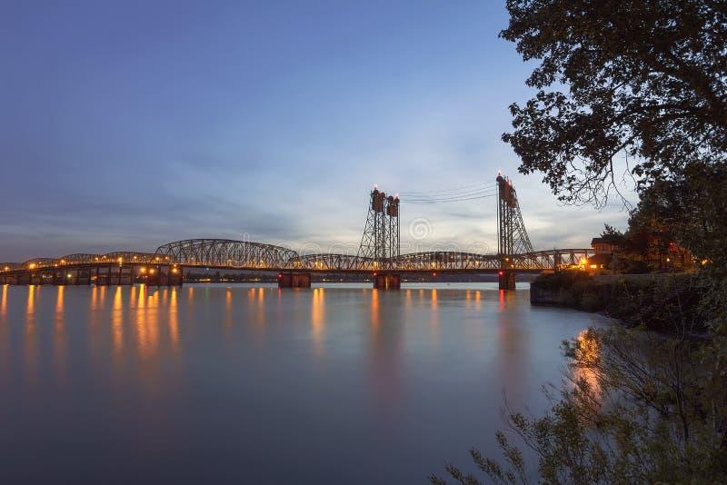 Pont d'un état à un autre au-dessus du fleuve Columbia après coucher du soleil photo libre de droits