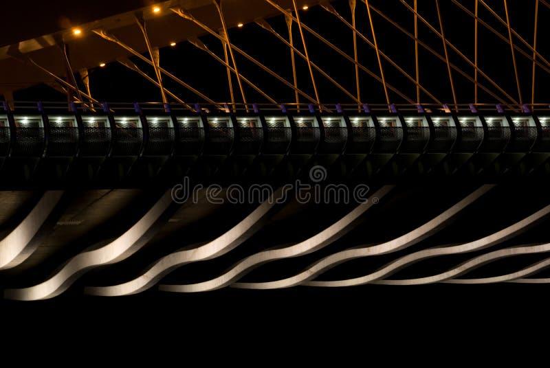 Pont dans la nuit - détails photo stock