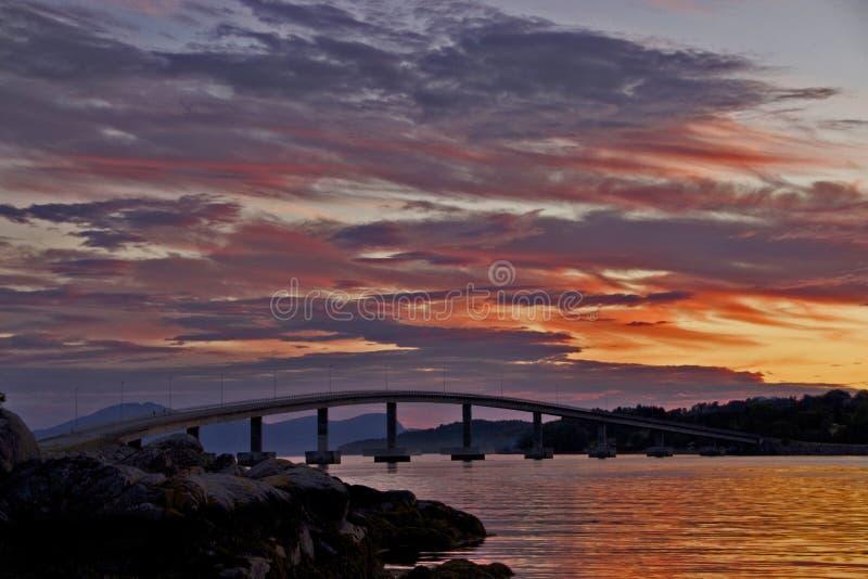 Pont dans le coucher du soleil photo libre de droits