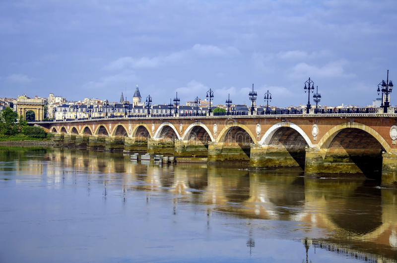 Pont de皮埃尔、桥梁和河,红葡萄酒,法国 免版税库存图片