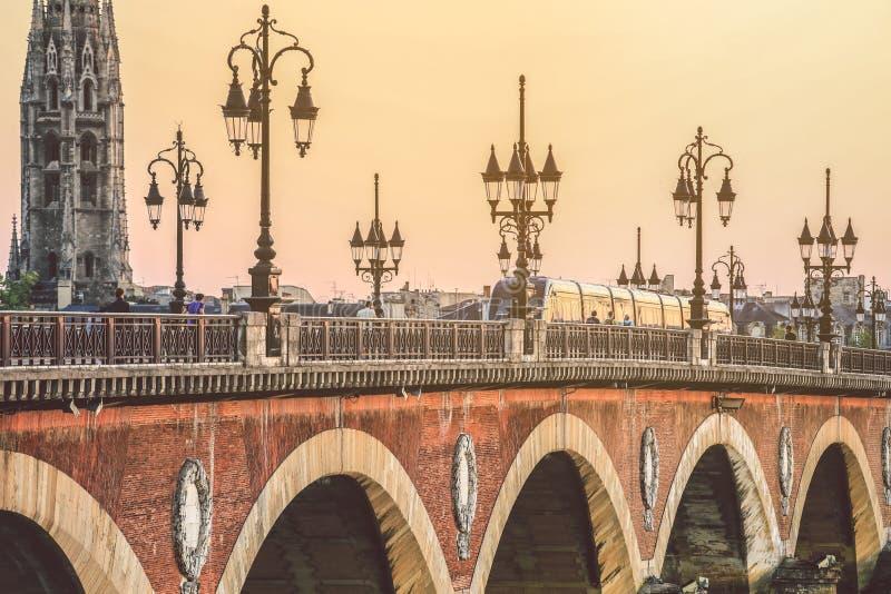Pont de皮埃尔桥梁在日落的红葡萄酒 免版税库存照片