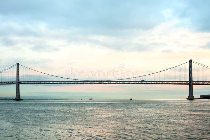 Pont de baie au crépuscule à San Francisco photographie stock libre de droits
