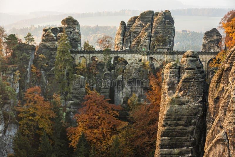 Pont de Bastei dans Saxon Suisse en automne, Allemagne photo libre de droits