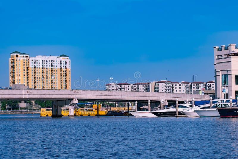 Pont de Bd. d'île de port de S, luxe et bateaux de taxi photographie stock