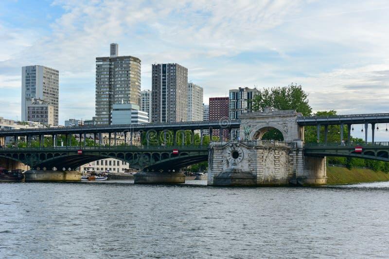 Pont de Bir-Hakeim Bridge - París, Francia foto de archivo