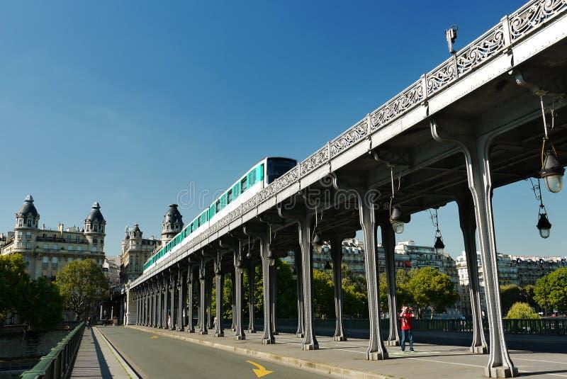 Pont de Bir-Hakeim bro, Paris, Frankrike. royaltyfria foton
