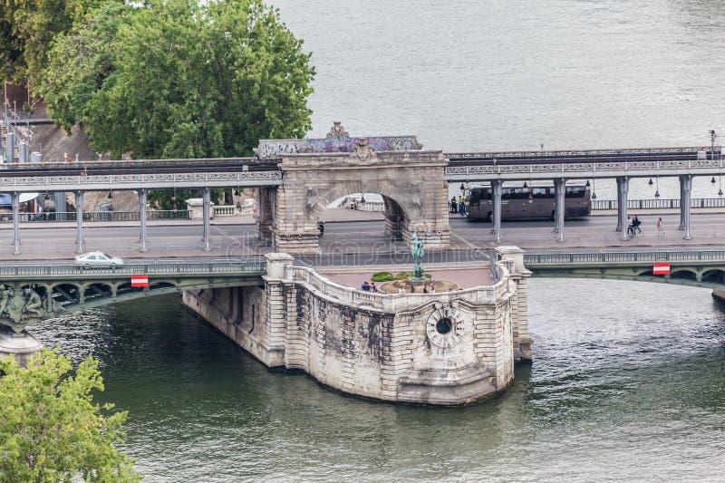 Pont de Bir-Hakeim París Francia foto de archivo
