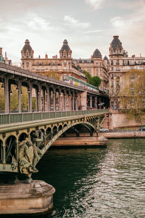 Pont de Bir-Hakeim stockbilder