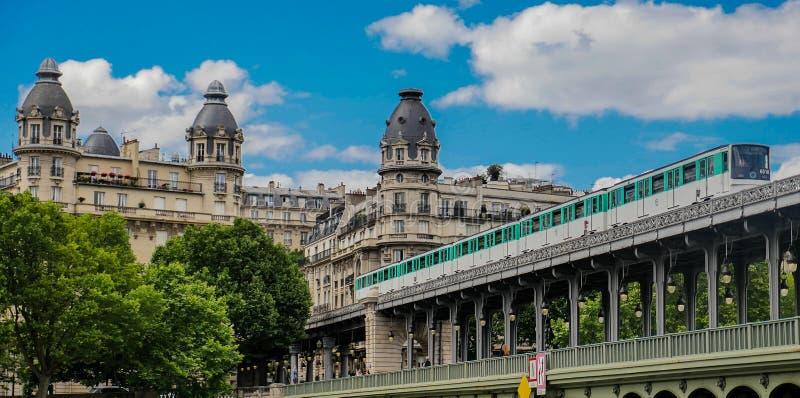 Pont De Bir Hakeim w Paryż, Francja, most dla metra zdjęcia royalty free