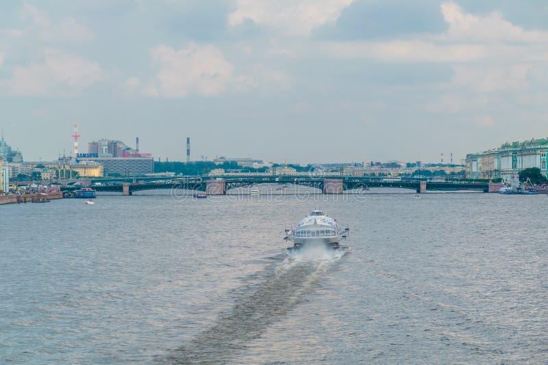 Pont de Birzhevoy ou pont d'échange dedans à St Petersburg, Russie photographie stock